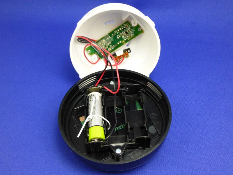 本体を開けた状態。手前が充電池、向こう側がLEDの制御基板