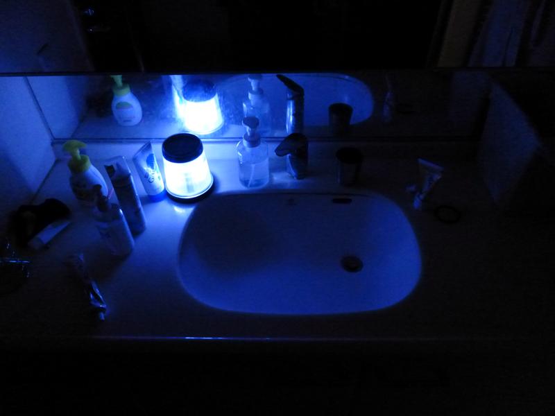 洗面台に持ち込んだところ。最近の小型LEDランタンに比べると明るくないが、一応、使える