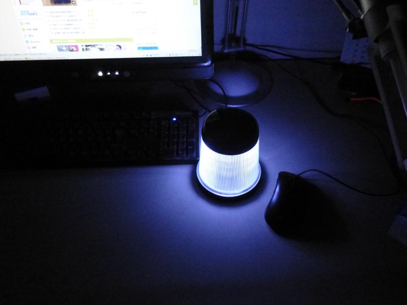 卓上に置いたところ。マウスやキーボードの位置がわかるぐらいの明るさ