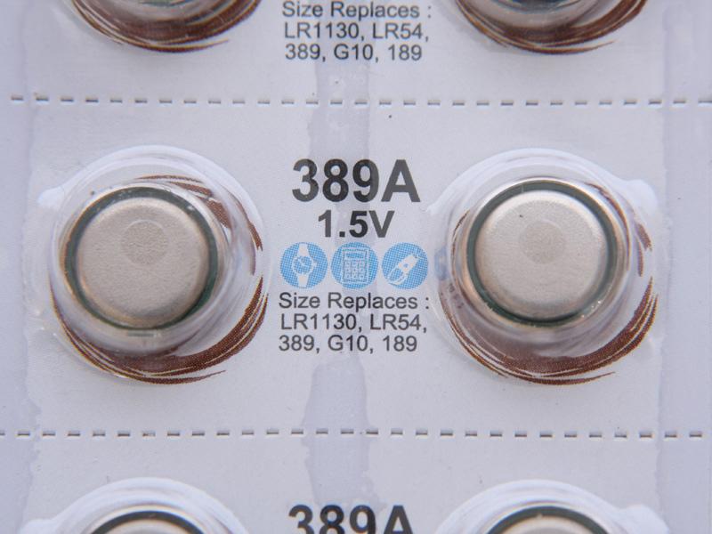 電池はLR1130を利用する。このボタン電池の型番はいろいろな呼び方があるが、「LR54」「SR54」「SR1130」「AG10」のような電池も使える