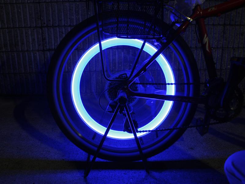 自転車をこぐとスイッチが入り明るく光る。カラーバリエーションとしてピンクもある