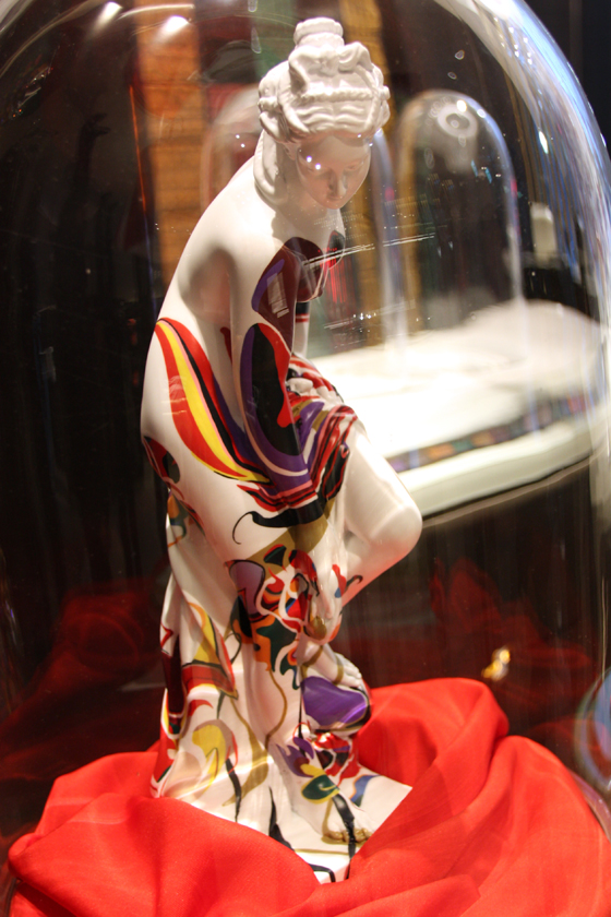 店頭ではスワロフスキーなどの細かな装飾が施された作品を鑑賞できる