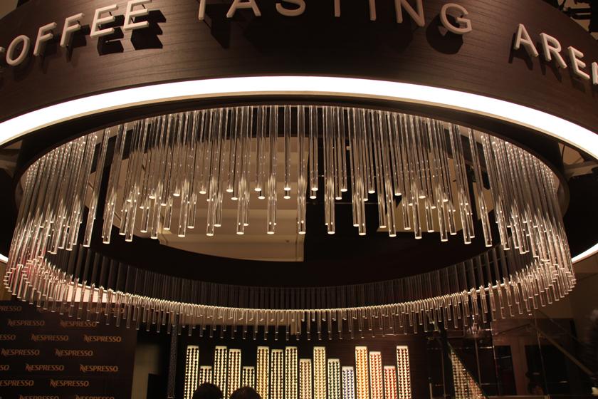 テイスティングエリアの天井にはシャンデリア風のデザインを採用