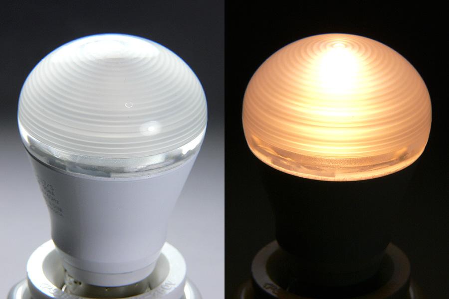 光を拡散する波紋形プリズムの様子。内部のLEDやレンズは、外側からはほぼ見えない(写真左)。点灯した様子(右)は、白熱電球のように、光がカバー中央から輝く