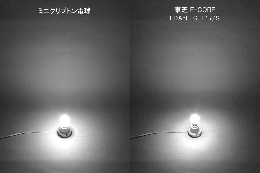 ミニクリプトン電球(左)とイー・コア LDA5L-G-E17/S(右)を並べた画像。配光角度はミニクリプトン電球に近い300度。口金付近にもたっぷり光が届いている。光が広がる全体の様子はミニクリプトン電球にとても近い