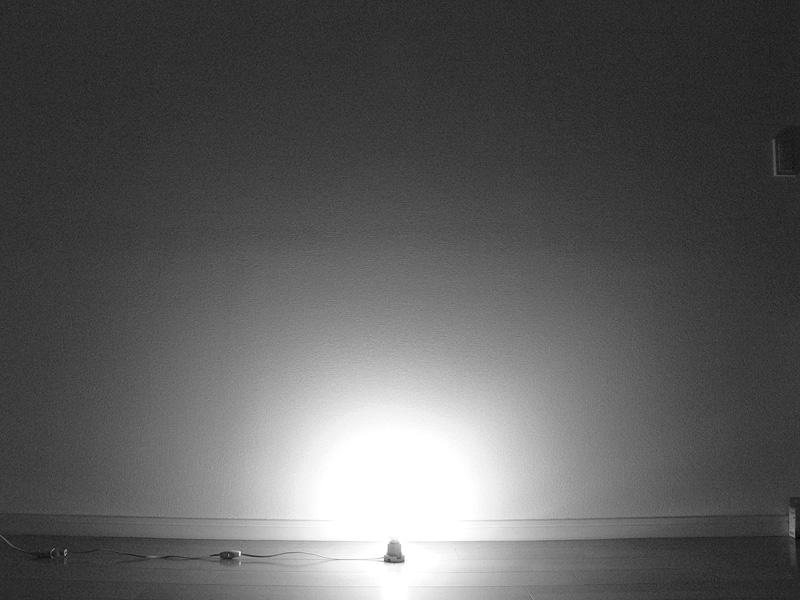 """<strong class="""""""">【小型電球形蛍光灯】</strong><br class="""""""">ソケット付近にもかなり光が届いている。しかし遠くまでは光が届かない印象だ"""