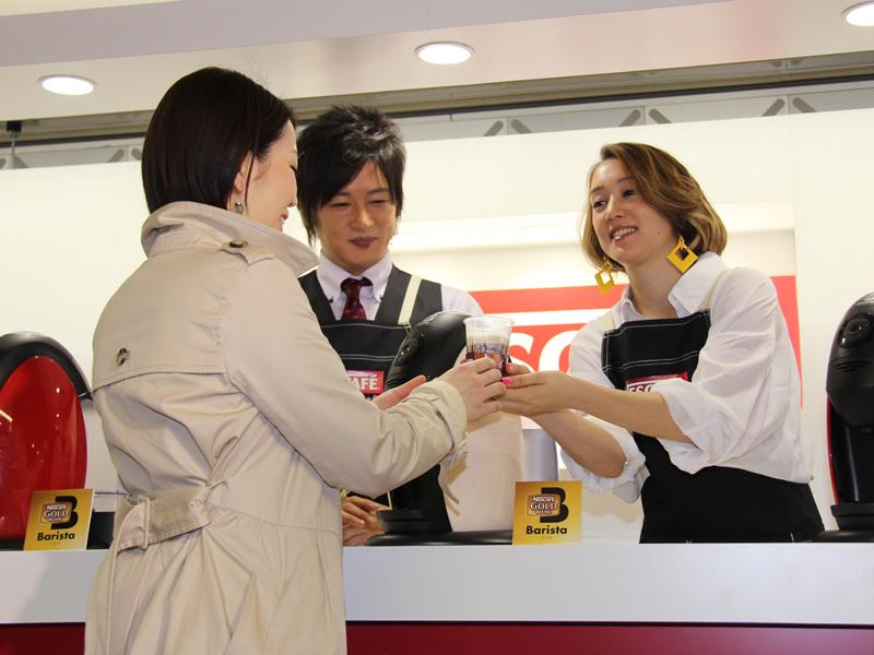 フォトセッションでは細川さんが作ったコーヒーをSHELLYさんが手渡しするシーンも