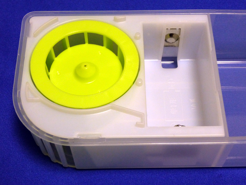 右の電池ボックスに、単一形電池が1本入る