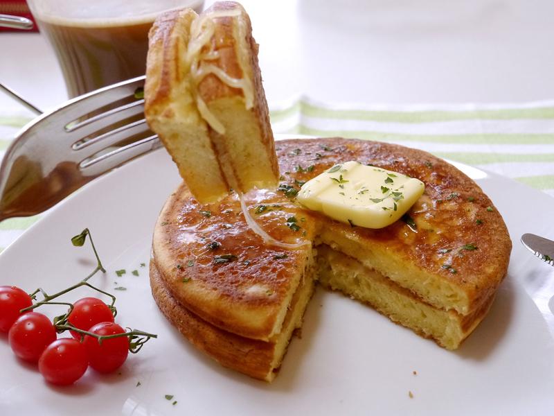 温めなおしたパンケーキの間にチーズを挟めば、朝食にピッタリのメニューに。温めるだけなので手間もいらない
