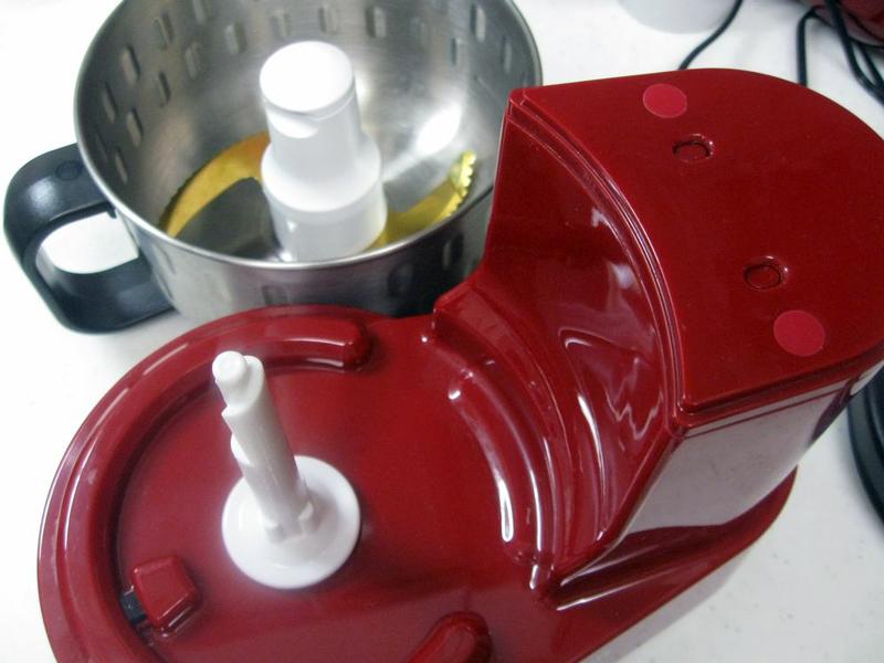 使用時には本体の回転軸にステンレス製のカップをセットして使う