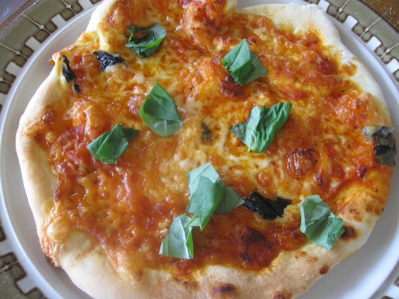 生地を2等分して丸くのばし、コンベクションオーブンで10分ほど焼いて完成。サクッとした歯触りで、中はもっちり感のある理想的なピザに焼き上がった