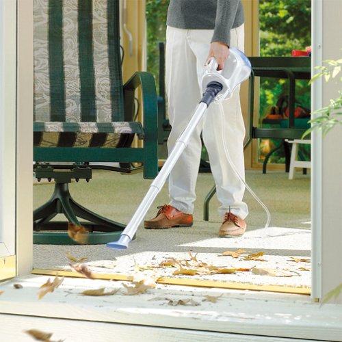 ブロワー機能で落ち葉を吹き飛ばしている様子。排気は豊富で、玄関に吹き込んだ落ち葉くらいならラクに吹き飛ばせる