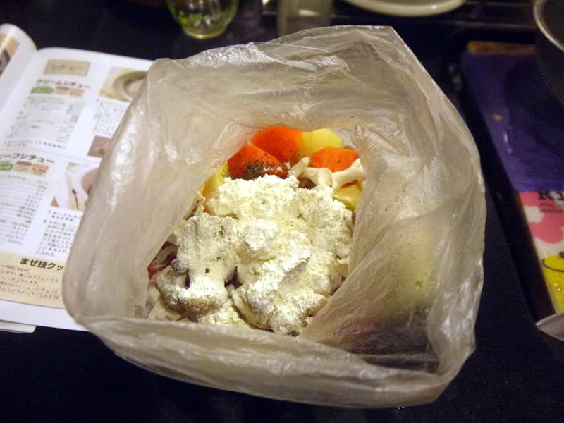 材料を全て入れたビニール袋に、上から小麦粉を入れてよーく振ります。