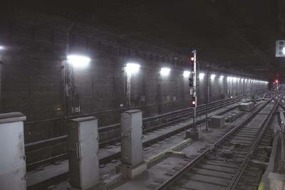 照明をLED化した約3.7kmの京都トンネル内