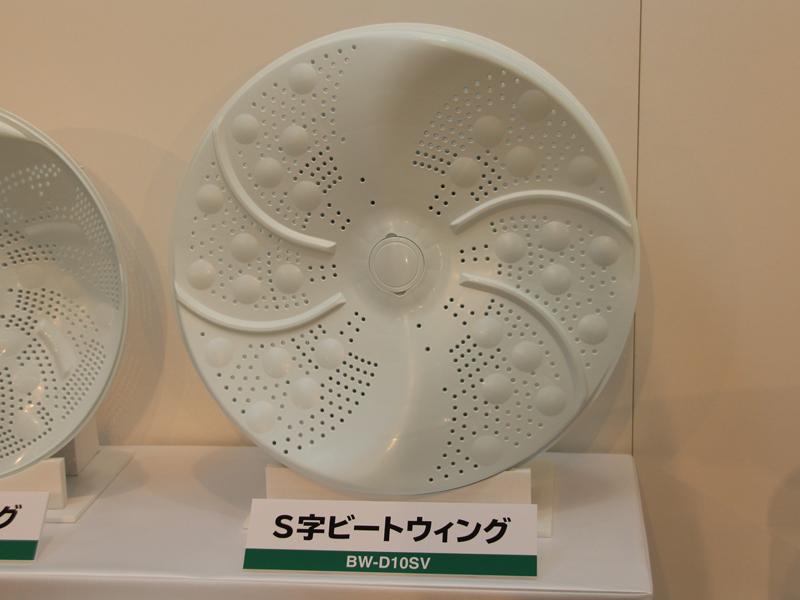 揉み洗いやたたき洗いの効果を高める「S字ビートウィング」を洗濯槽底面に配置