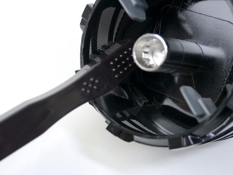小型でコシのあるブラシは、内部の掃除にも便利