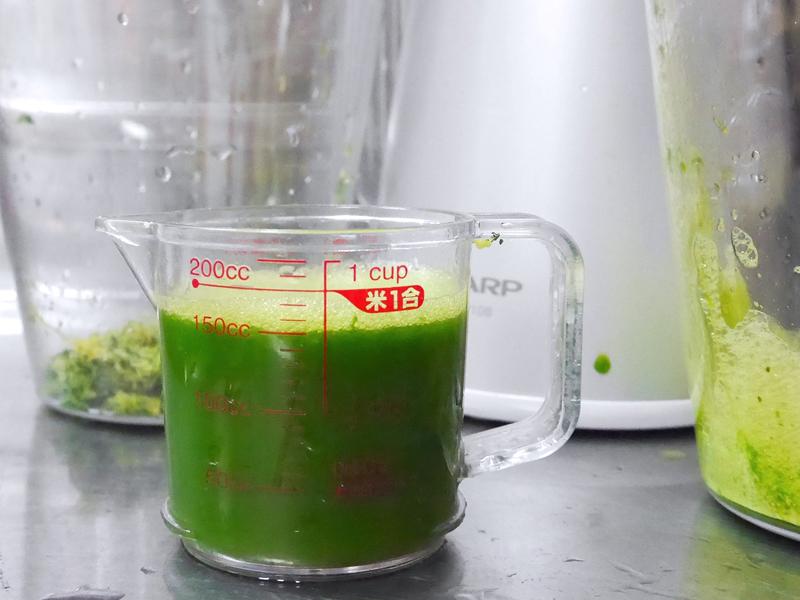りんごを加えたところ、タンク内の動きがスムーズになり、溜まっていた小松菜がジュースが絞り出された