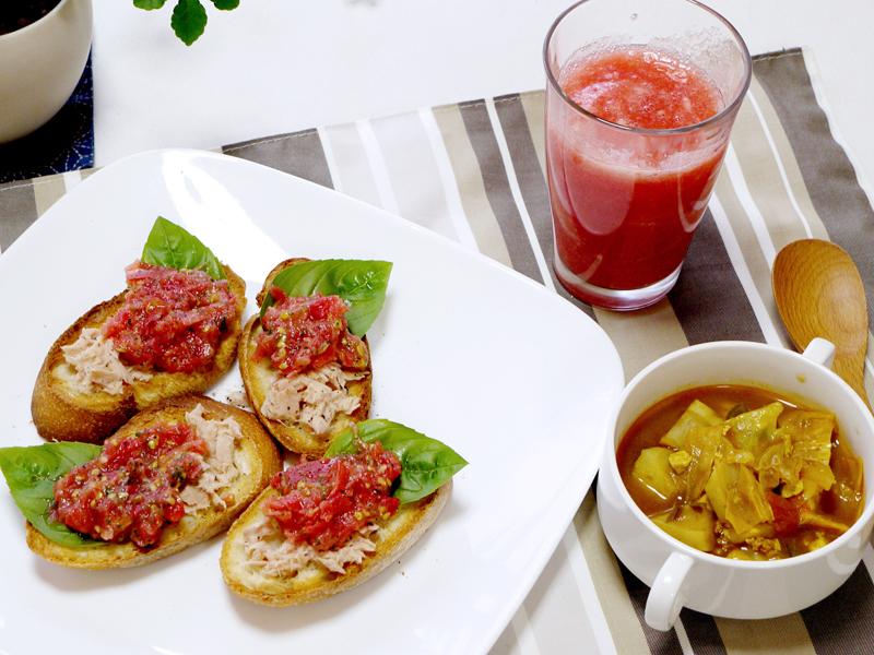 絞ったばかりのトマトジュースと、ブルスケッタで、捨てるところのないヘルシーな食事に