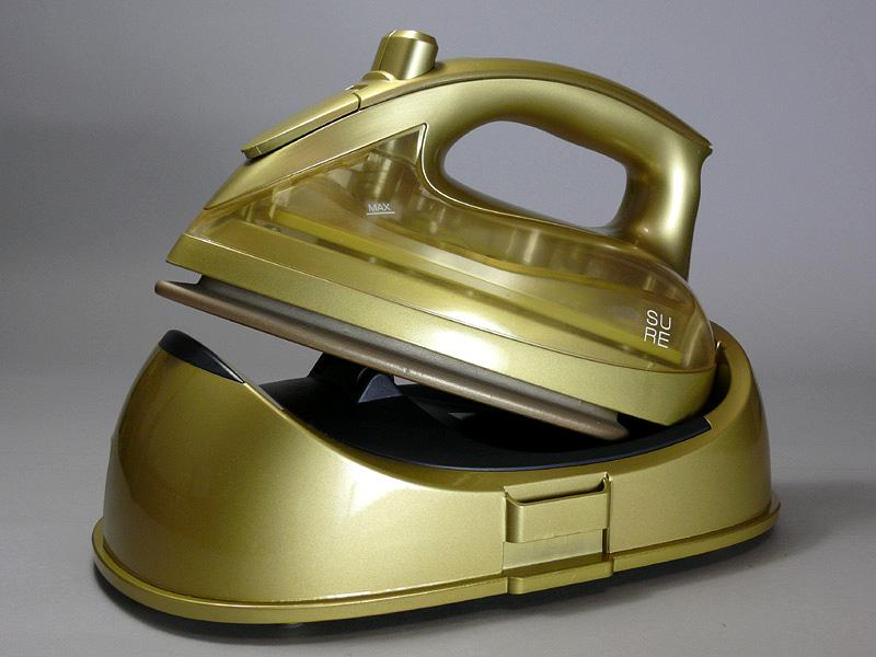 石崎電機製作所の ゴールドに輝く「男前アイロン SURE コードレスアイロン SI-300LM」。業務用電熱メーカーが本気で手がけたコードレススチームアイロンだ