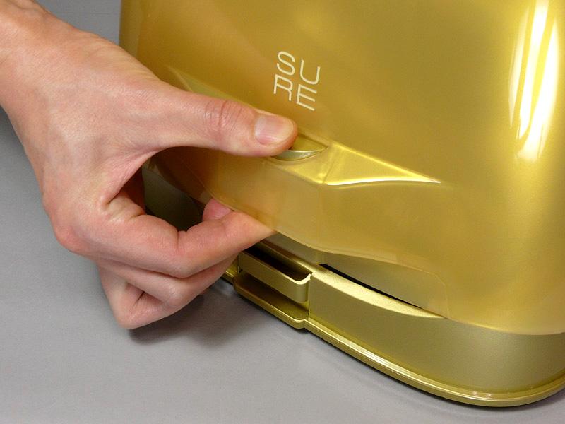 両側面にある2つのフックのボタンを同時に押しながら持ち上げると、ケースが外れ、アイロンが出てくる