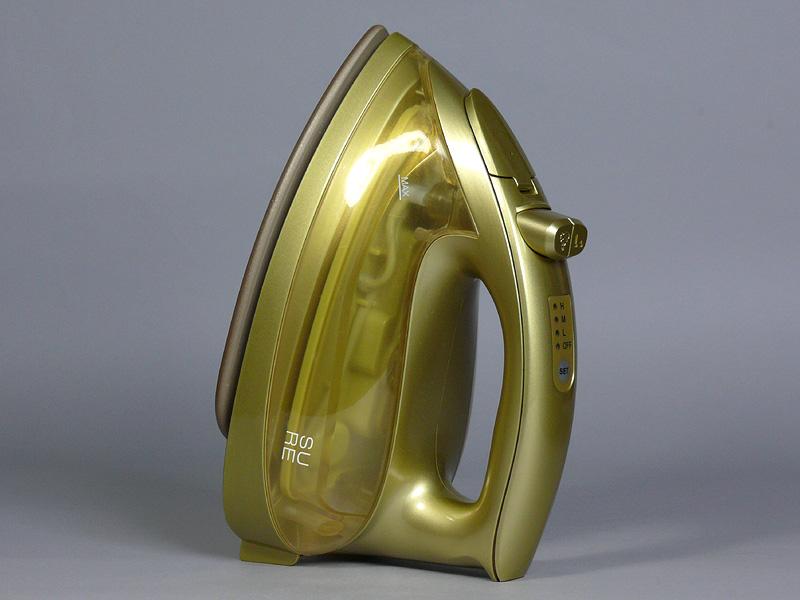 アイロン本体の大きさは232×111×203mm(幅×奥行き×高さ)で、重さは1.04kg。最近のスチームアイロンの中では一般的な大きさと重さで、女性にも使い易いサイズだ