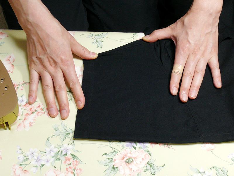 綿と麻の混紡のシャツの袖をアイロンをかける直前の様子。アイロンをかける前に、台の上で形を整え、手でシワを伸ばしておく