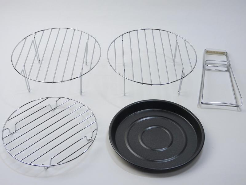 左から、調理用の高網、蓋置き(高網と同じ)、トング、オーブンパン、低網