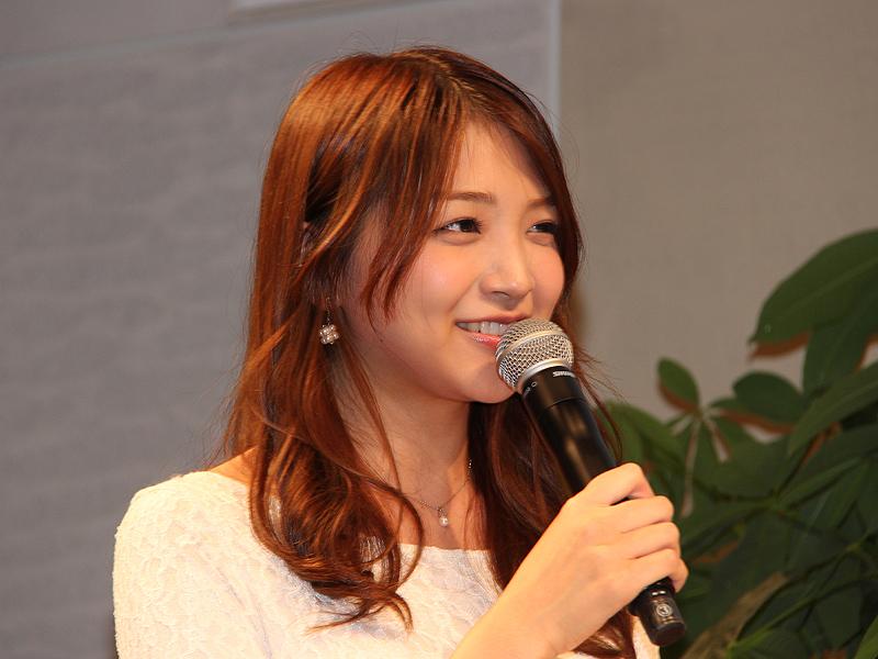 説明会の司会を務めた、フリーキャスターの浅賀優美さん