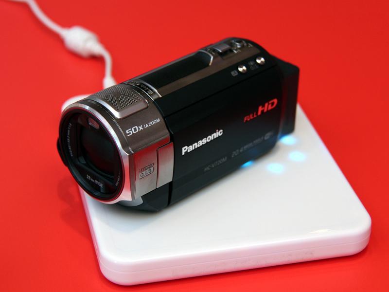 デジタルビデオカメラ「HC-V720M」のバッテリーも、Qiによるワイヤレス充電に対応する