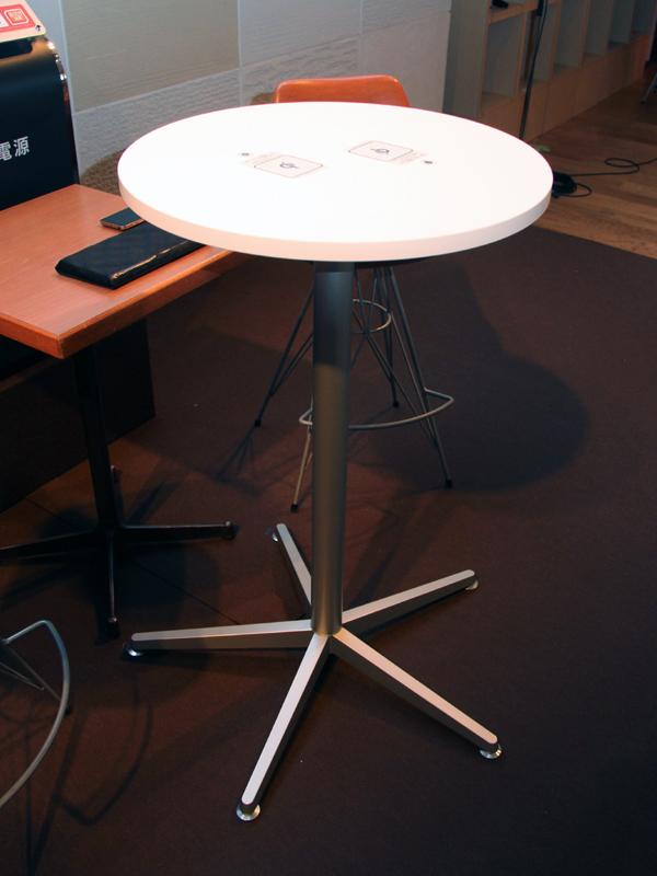 説明会のテーブルには、岡村製作所のワイヤレス充電家具シリーズが使用されていた