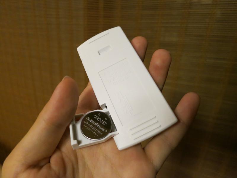 リモコンの電池はコイン形リチウムイオン電池CR2032が入っている
