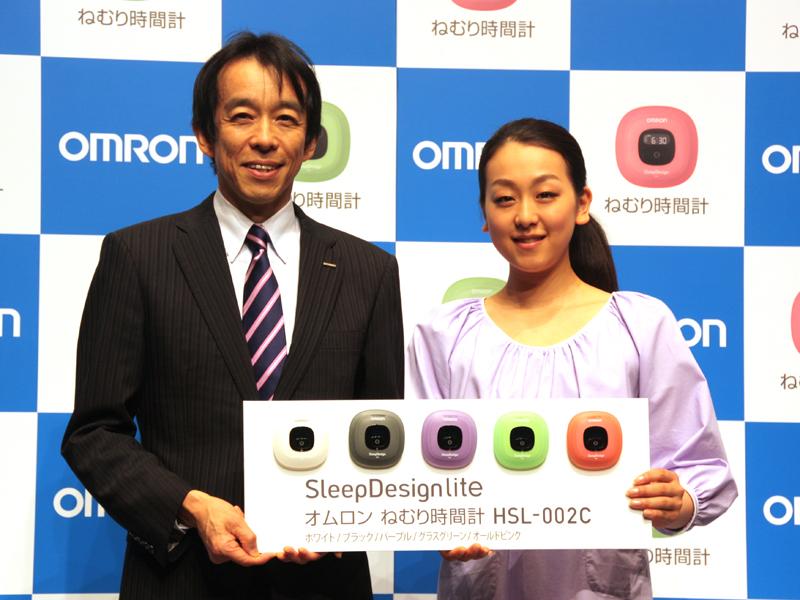 オムロンヘルスケアの宮田喜一郎代表取締役社長と浅田真央さん
