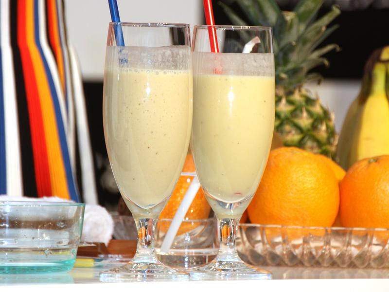左が従来、右が真空のミキサーで作ったバナナパイナップルジュース。従来のミキサーで作ったものより泡立ちが少ない