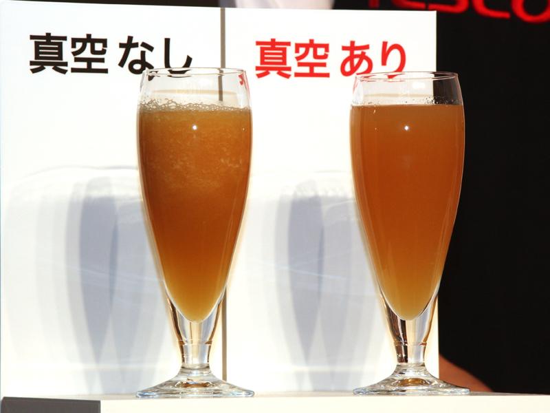 撹拌直後のりんごジュース。左側の従来のミキサーで作ったリンゴジュースは、既に分離が始まっている