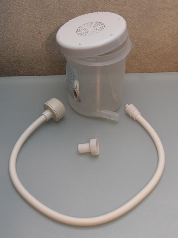 パッケージ内容。容器とフタ、ホースに、ホースと蛇口を繋ぐニップルが付属する