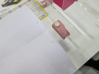 開くと、ちゃんと書類の真ん中に穴が2つ開いている