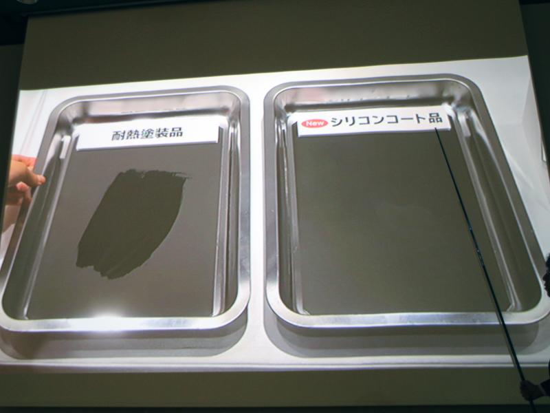 従来のコーティング(左)に比べると、脂が付きにくく、手入れしやすいという