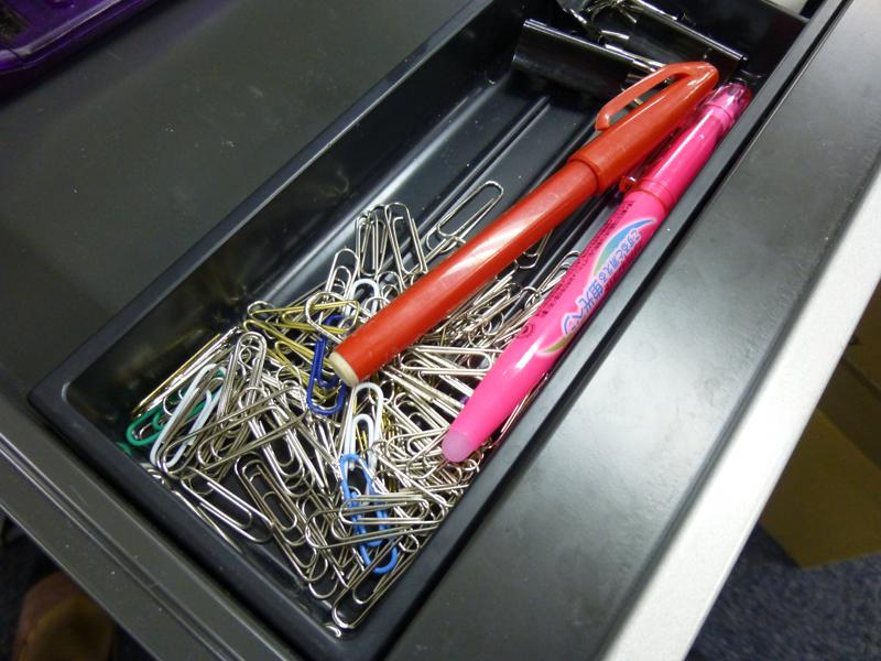 クリップは日常的に使うものなので、いつもストックしているが、その収納方法は適当かつ乱雑だ
