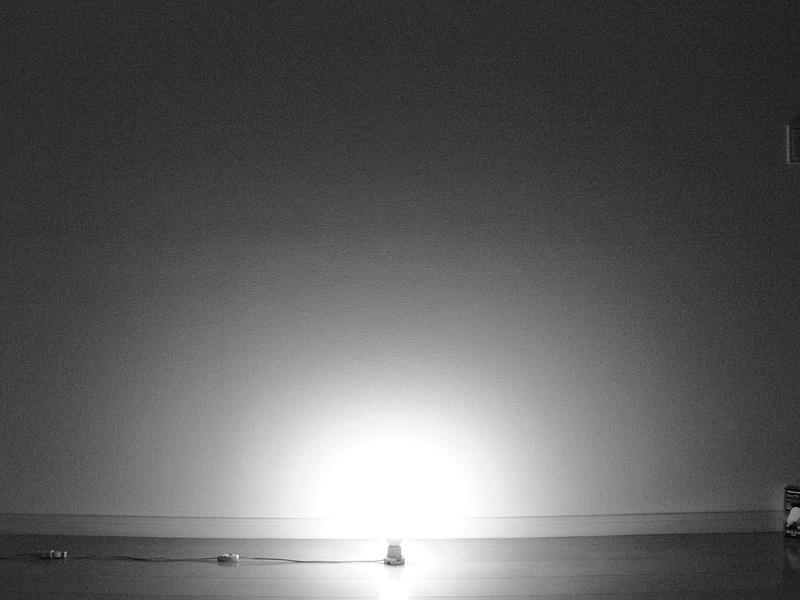 """<strong class="""""""">【100W形電球形蛍光灯】</strong><br class="""""""">白熱電球と同じように、ソケット付近にも光が届く。しかし遠くまでは届かない印象だ"""