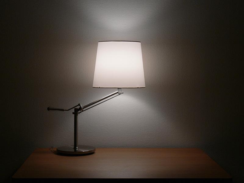 """<strong class="""""""">【白熱電球:100W形】</strong><br class="""""""">シェードは中心からまんべんなく光り、シェードの上下からほぼ同じ明るさの光が漏れる印象がある"""