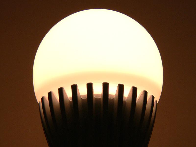 放熱部のスリットには隙間があり、口金方向へ光を広げる工夫がある