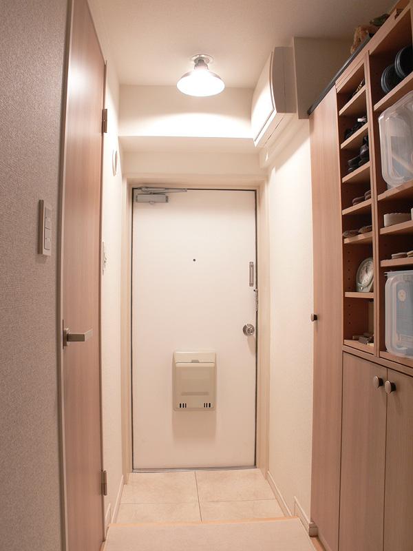 """<strong class="""""""">【白熱電球:100W形】</strong><br class="""""""">廊下までしっかり明るい。狭い玄関には明るすぎるかもしれないが、気持ち良い。天井が高い玄関やより明るくしたいならば、100Wクラスの明るさも良い"""
