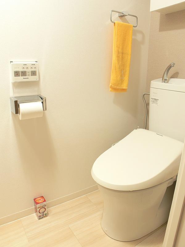 """<strong class="""""""">【日立 LDA17L-G】</strong><br class="""""""">100W形白熱電球を超えるほど明るいが、トイレには必要ないだろう。短時間しか使わないトイレにはもったいない"""