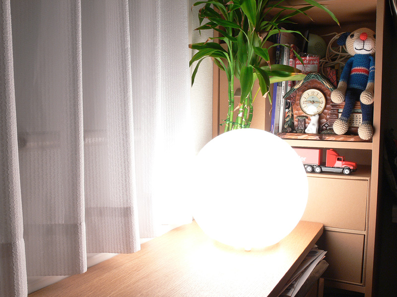 """<strong class="""""""">【白熱電球:100W形】</strong><br class="""""""">不快なほど眩しい。なお、器具は本来60Wまでだが、撮影のために100W形電球を取り付けている"""