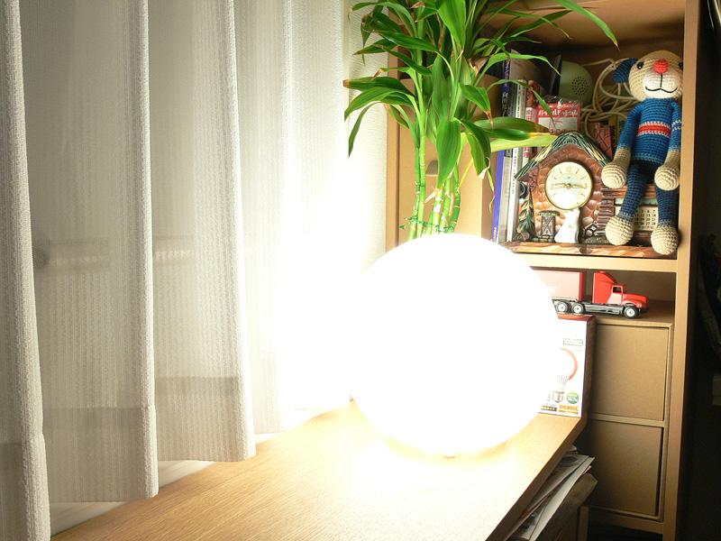 """<strong class="""""""">【日立 LDA17L-G】</strong><br class="""""""">100W形白熱電球よりもさらに明るくなり、距離を相当置かない限り明るすぎる。ただ、広いリビングルームの局所照明としてなら活用できるかもしれない"""