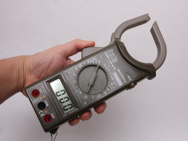 こちらは筆者が自前で持っているクランプ式テスター(回路計)。無線電力計は、このテスターを超小型化したものだ