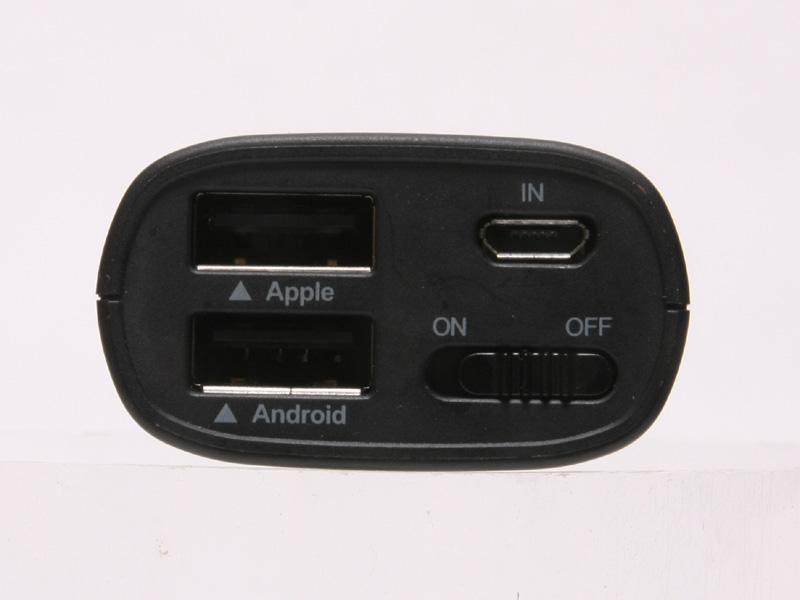 本体上部。USBコネクタは2つある。珍しい機械式のスライドスイッチだ