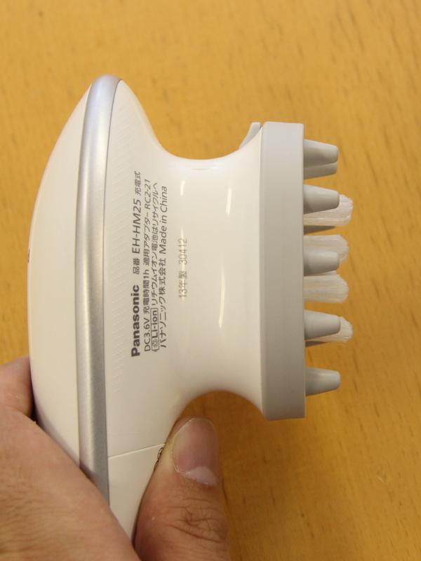 本体を横から見たところ。洗浄ブラシは保護ブラシよりもちょっとだけ長く、先が尖った形状となっている。これが頭皮を上手に洗浄するためのポイントとなる