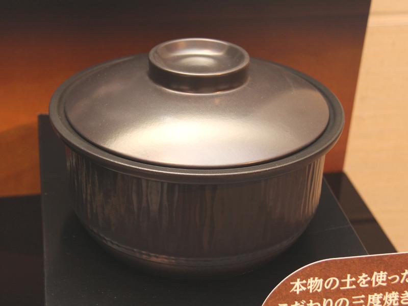 内釜には土でできた「本土鍋」を採用。付属のフタを使うことで、おひつとしても利用できる