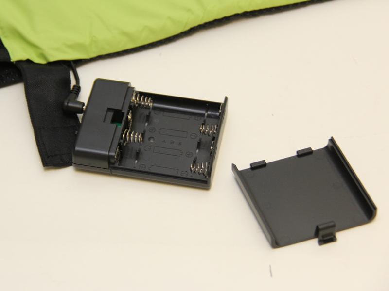 電池は単三形4本で、別売りとなる